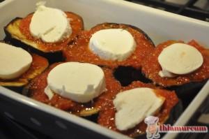 Mozarellaları,domates soslu patlıcanların üzerine  diziyoruz.