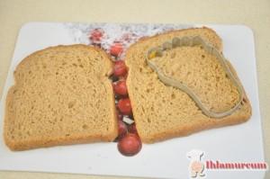 Dilimli ekmekleri kalıpla kesin.