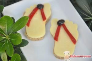 Kırmızı biberleri şerit kesip,peynire resimdeki gibi  yerleştirin.Üzerini zeytinle süsleyin.Zevk ve hayal gücü size kalmış.