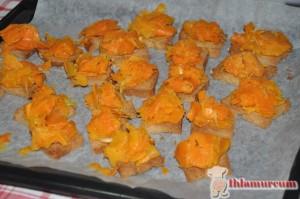 Ekmekleri fırında kızarttıktan sonra kavurduğunuz balkabaklarını 1 'er tatlı kaşığı kadar  koyun. Yemeden önce tekrar fırınlayın.